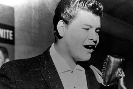 Ricardo Esteban Valenzuela Reyes (13 de mayo de 1941 – 3 de febrero de 1959), más conocido como Ritchie Valens, fue un cantante y guitarrista estadounidense ... - ritchie-valens