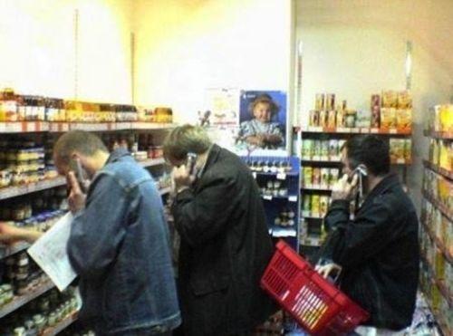 Hombres en la sección de alimentos para bebés / Men in the baby food department