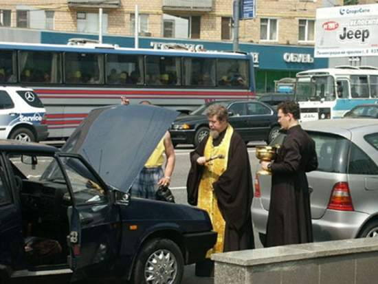 Sabes que es grave cuando tu mecánico llama a dos sacerdotes / You know it's bad when your mechanic calls in two priest