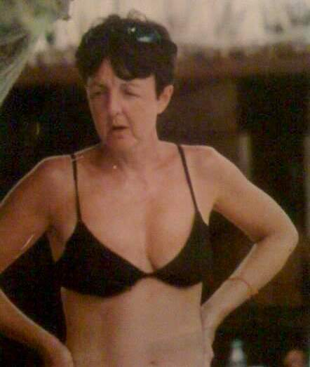 Paul McCartney en bikini en la playa / Paul McCartney at the beach in a bikini
