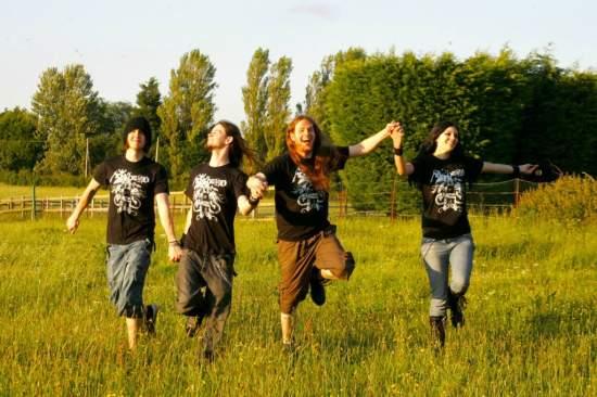 Y la gente dice que nosotros, los metaleros, somos violentos / And people say that we, metalheads, are violent
