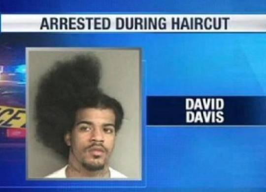 Detenido mientras le cortaban el pelo / Arrested during haircut