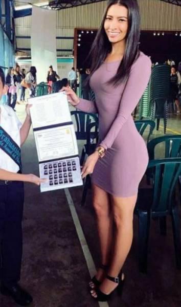 Imagen de mi hijo recibiendo un premio con su maestra / Picture of my son getting an award with his teacher